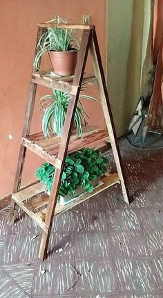 You can bring beauty impacts in your house garden or the gallery area with this excellent idea of adding the planter stand of wood pallet. This planter stand has been dramatic put with the three divisions of shelving portions. It look so creative and beautiful.