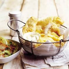 Recept - Fish & chips - idea for reataurant-how to serve-metal basket Fish And Chips, Cafe Food, Food Food, Deli Shop, Chocolate Trifle, Feel Good Food, Dutch Recipes, Food Presentation, Seafood