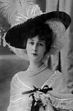 Anne-Marie Chassaigne, dite Liane de Pougy, épouse d'Henri Pourpe puis, par son second mariage, princesse Ghika, est une danseuse et courtisane de la Belle Époque, née à La Flèche le 2 juillet 1869 et morte à Lausanne le 26 décembre 1950. Wikipédia
