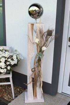 GS60 – Dekosäule für Innen und Aussen! Große gespaltene Säule, weiß gebeizt aus neuem Holz, natürlich dekoriert mit Materialien aus der Natur und künstlichen Callas, Sukkulente, einer kleinen Edelstahlkugel im Inneren und einer großen Edelstahlkugel auf Fuß! Preis 149,90 € – Gesamthöhe 145cm