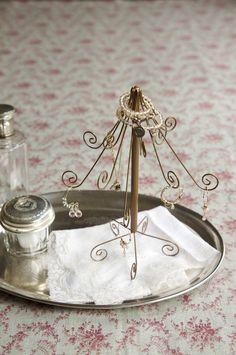 ピアスやネックレスなどを飾りながら収納できるアクセサリースタンド。/クリスマスのオーナメント、ツリー、リース30(「はんど&はあと」2011年12月号)