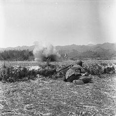 A Diên Biên Phu, avant de s'élancer à l'assaut de la position du Viêt-minh, qui occupe la ligne de crête, des parachutistes se sont mis à couvert tandis qu'explose devant eux une grenade... Date Mars 1954