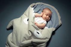 Hoe ontzettend gaaf en uniek is deze slaapzak?! De slaapzak is gemaakt om je kleintje warm te houden. Met een rits aan de zijkant.  Materiaal: 100% zacht katoen Lengte: 93 cm  Let op: de binnenka...