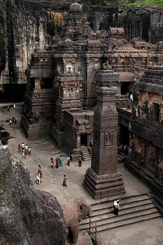 The rock hewn temple on Mt. Kailasa Tibet  ca. 8th C.ESTE LUGAR NO ESTA EN  TIBET ESTA EN LA INDIA Y ES ELLORA  cerca de AURANGABAD