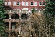 The 10 Most Terrifying, Spooky Places To Visit In Michigan This Halloween Abandoned Detroit, Abandoned Asylums, Abandoned Buildings, Abandoned Places, Most Haunted Places, Spooky Places, Scary Ghost Pictures, Ghost Photos, Marquette Michigan