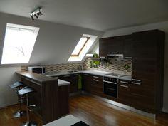 Kuchyně ve tvaru U v podkroví, dřevěný dekor. Modern Kitchen Interiors, Modern Kitchen, Tiny House Cabin, Kitchen, Kitchen Interior, Interior Design Kitchen, Small Attic Room, Above Garage Apartment, Home Decor
