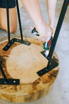 Wood Projects DIY Wood Slice Table More - A very quick project that can be done in less than a few minutes, but will have you smugly admiring it for much much longer. The DIY wood slice table. Woodworking Projects Diy, Diy Wood Projects, Woodworking Furniture, Fine Woodworking, Diy Furniture, Business Furniture, Popular Woodworking, Furniture Projects, Woodworking Books