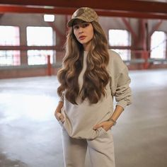 Brunette Hair Color With Highlights, Color Highlights, Stylish Outfits, Cool Outfits, Dry Frizzy Hair, Prince Héritier, Outfit Invierno, Outfit Look, Long Wavy Hair