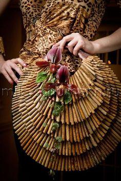 with cinnamon sticks? Deco Floral, Arte Floral, Floral Design, Floral Bouquets, Wedding Bouquets, Unique Flower Arrangements, Floral Bags, Floral Purses, Flower Bag