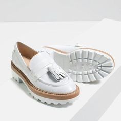 Shop Women's Zara White size 6 Flats & Loafers at a discounted price at Poshmark. Beautiful leather loafers by ZARA. Pretty Shoes, Cute Shoes, Me Too Shoes, Beautiful Shoes, Look Fashion, Fashion Shoes, Shoe Boots, Shoes Heels, High Heels