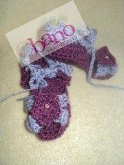 Escarpín tejido con forma de sandalias color violeta (Knit baby booties sandals shaped, color purple)
