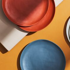 Melamine plates are great for entertaining outdoors without worrying about broken glass or garbage. Here are 8 melamine ideas for summer entertaining. Liv, Outdoor Stuff, Outdoor Entertaining, Kitchen Hacks, Outdoor Dining, Dinner Plates, Apartment Therapy, Delicious Desserts, Cups