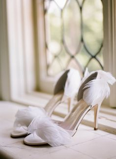 Feathered Bridal Shoes | photography by http://www.erinheartscourt.com/