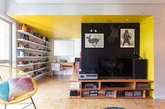 Construído na 2015 na Porto Alegre, Brasil. Imagens do Marcelo Donadussi. A reforma de um apartamento modernista dos anos 60, em uma das avenidas mais tradicionais de Porto Alegre, foi o desafio deste projeto. O apartamento...