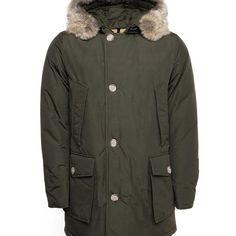 WOOLRICH ARCTIC PARKA DF DONKER GROEN Heren. Deze zeer warme jas is van het hoogwaardige label Woolrich. De jas heeft een dikke dons vulling en daardoor bestend tegen extreme temperaturen.