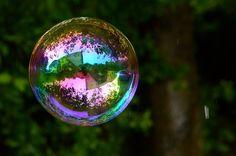 Richard Heeks é um obcecado por reflexos. Certo dia percebeu como o reflexo da paisagem em uma bolha de sabão pode ser belo e poético. Confira algumas das imagens dessa série incrivelmente hipnotizante. Repare nos detalhes dentro do reflexo das bolhas, são no mínimo impressionantes.