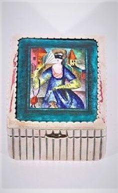 Wiener Werkstätte Maskierte Dame, um 1921 Silberdose mit Emailbild, 9,5 x 7,5 x 4,3 cm monogrammiert L Emailbild: Maria Likarz Entwurf Dose: Josef Hoffmann auf der Unterseite punziert: Made in Austria, WW, JH, Wiedehopf Punze, 900