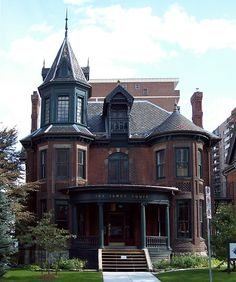 Gothic Victorian mansion in the Durand neighbourhood, Hamilton. Beautifully creepy.