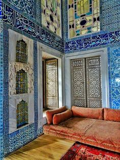 The Topkapi Palace with its Harem in Istanbul was definitely one of the highlights of my trip. This palace used to be the residence of the Ottoman sultans Architecture Wallpaper, Islamic Architecture, Art And Architecture, Art Nouveau, Art Deco, Turkey Destinations, Palace Interior, Blue Mosque, Museum