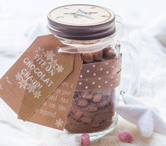 Mix pour Chocolat Chaud (Cadeau Gourmand) via Jar Packaging, Cookie Packaging, Food Packaging Design, Mason Jar Gifts, Mason Jars, Kit Cookies, Sos Recipe, Muffins, Cute Christmas Gifts
