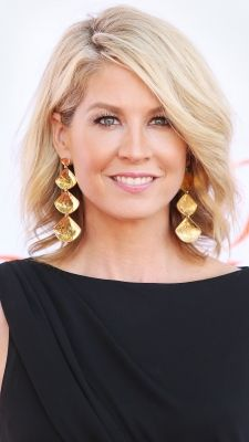 Jenna Elfman embraces understated glamour with long, side-swept waves at the Annual Dizzy Feet Foundation's Celebration Of Dance Gala. Jenna Elfman, Wedding Hairstyles, Gorgeous Hairstyles, Hair Today, Skin Makeup, Beauty Trends, Hair Hacks, Pretty Woman, Hair Care