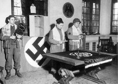 Des jeunes juifs de l'armée américaine prient au siège du ministère de la propagande nazie peu après la libération – 1945