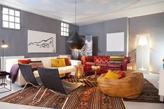 colurful living space with grey walls #white_floors #kilim