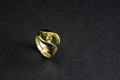 Bijzondere Gouden ring met Robijn, vervaardigd van 2x Trouwringen en oud dierbaar goud van ouders...#goudsmidmetpassie #herinneringen