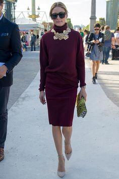 ¿NADA QUE PONERTE? Nos inspiramos en uno de los top looks de la semana: Olivia Palermo y su conjunto granate de jersey de cuello alto y falda entubada con accesorios deluxe.