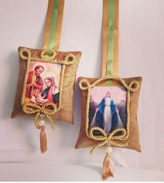 Escapulario de porta Fiber Art Jewelry, Jewelry Art, Diy And Crafts, Arts And Crafts, Catholic Crafts, Christmas Crafts, Christmas Ornaments, Mexican Art, Love Sewing