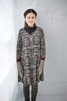 Gudrun Sjödéns Winterkollektion 2014 - Das Kleid Smilla hat auf dem Vorderteil eine Kellerfalte. Die Abschlüsse der 3/4-Ärmel wurden in Akzentfarben gehalten.
