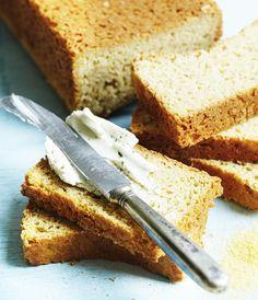 Bag et luftigt brød helt uden gluten med den her opskrift på majs-havrebrød.