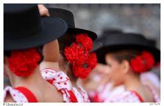 Foto hecha en una actuacion de unas niñas bailando flamenco