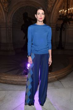 Charlotte Casiraghi (in blu) incanta la Paris Fashion Week