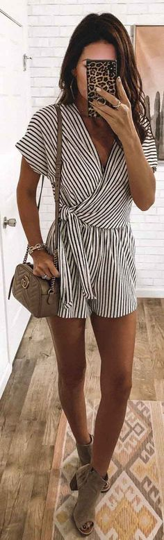 25 Preppy Spring Outfits To Inspire You Black and White Striped Romper It might not feel like spring is officially in the air but its technically here And with warmer da. Mode Outfits, Fashion Outfits, Fashion Shorts, Fashion Sandals, Womens Fashion, Dress Outfits, Girl Outfits, Minimalist Outfit, Cooler Style