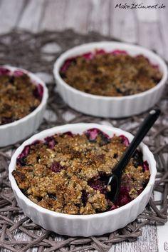 Gesundes Beeren-Crumble Rezept - ohne Mehl, ohne Zucker, vegan vegetarisch glutenfrei laktosefrei