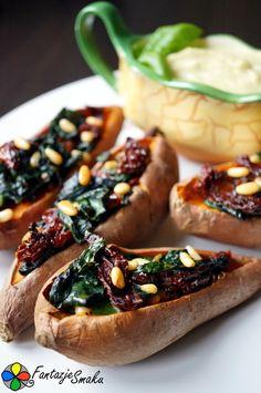 Bataty pieczone ze szpinakiem, pomidorami suszonymi i orzeszkami piniowymi http://fantazjesmaku.weebly.com/bataty-pieczone-ze-szpinakiem-pomidorami-suszonymi-i-orzeszkami-piniowymi.html