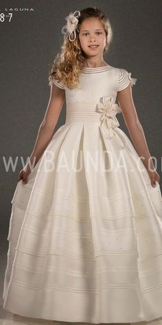 Communion dress exclusive Hannibal Laguna 2018 model Gorgeous communion dress in natural silk. Book a date at our Madrid store in Spain or buy online White Communion Dress, Girls First Communion Dresses, Holy Communion Dresses, Little Girl Dresses, Dresses For Teens, Girls Dresses, Flower Girl Dresses, Kids Frocks, Mexican Dresses