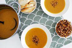 Vegan butternut squash soup with crispy roasted chickpeas and pumpkin seeds Vegan Butternut Squash Soup, Chickpeas, Vegan Recipes Easy, Roast, Seeds, Pumpkin, Fruit, Ethnic Recipes, Food