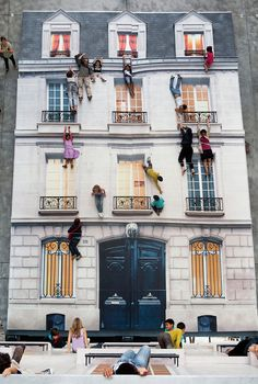 Bâtiment' installation by Leandro Erlich in Paris, a large-scale installation included a mock-up building faced on the floor, with a giant tilted mirror. Photos by Henriette Desjonquères & Paul Fargues via Yellowtrace 3d Street Art, Amazing Street Art, Street Art Graffiti, Amazing Art, Installation Interactive, Installation Art, Interactive Art, Illusion Kunst, Art Public