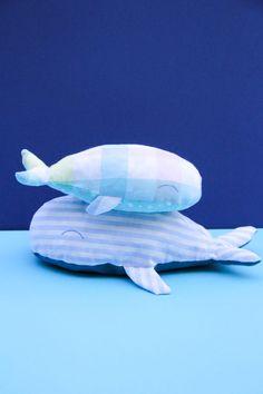 DIY - famille baleine en tissus (tuto gratuit @ChouetteKit et découpe des tissus avec Cricut) - couture facile, cadeau fait maison pour enfant, déco sympa Cricut, Diy, Disney Princess, Disney Characters, Fabric Strips, Fabric Bags, Fabrics, Beach Keepsakes, Whale