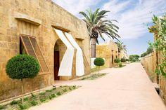 Ein Urlaubstraum direkt am Meer wird im Luxushotel Cap Rocat wahr. Das Cap Rocat ist eine unbeschreibliche Traumwelt in einer ruhigen Privatbucht von Palma de Mallorca. Es befindet sich in einer ehemaligen Militärfestung unmittelbar am Meer. Das heutige Fincahotel wurde unter Erhaltung der einzigartigen Architektur, sowie des Kultur- und Naturerbes, aufwendig renoviert. Die einzigartige Bastion ist wie geschaffen, um luxuriöse Urlaubstage auf Mallorca zu verbringen.