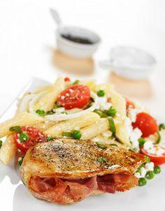 Fylt kylling med pastasalat | www.greteroede.no | www.greteroede.no Dinner Is Coming, Recipe Boards, Looks Yummy, Poultry, Nutrition, Cheese, Chicken, Meat, Healthy Dinners