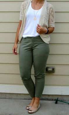 olive pixie pants + white tank + oatmeal cardi + cap toe flats # Casual Outfits with flats white skinnies Casual Work Outfits, Business Casual Outfits, Mode Outfits, Work Attire, Work Casual, Fashion Outfits, Girl Outfits, Looks Plus Size, Look Plus