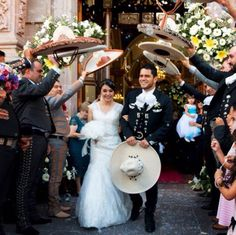 Boda charra. Huandacreo, Michoacán. México Boda típica de charros Mexicanos Latin Wedding, Red Rose Wedding, Spanish Wedding, Dream Wedding, Mariachi Wedding, Charro Wedding, Mexican Themed Weddings, Wedding Goals, Wedding Pictures