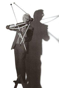 Bruno Munari è stato un cretivo a tutto tondo: designer, grafico e artista. Ha curato e scritto diversi testi per l'editoria, dedicati a grandi e piccini, tuttora in commercio attraverso la casa editrice Corraini. Diversi oggetti e lampade sono tutt'oggi in produzione grazie alle aziende Danese Milano e Rexite.