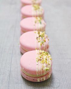 Strawberry pistachio macaron (no recipe) Yummy Treats, Sweet Treats, Yummy Food, Cute Desserts, Dessert Recipes, Patisserie Fine, Pistachio Macarons, Macaroon Cookies, French Macaroons