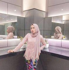 43 Trendy Ideas for fashion minimalist dress casual Kebaya Muslim, Kebaya Modern Hijab, Kebaya Hijab, Kebaya Brokat, Kebaya Lace, Kebaya Dress, Hijab Dress, Look Fashion, Hijab Fashion