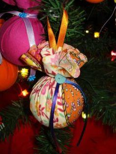 O atelier aos pedaços que  produzem essas lindas bolas de Natal em tecido.