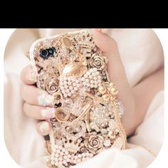 I love this phone case!!! DIY with gold necklaces and pearls and spray paint  (: